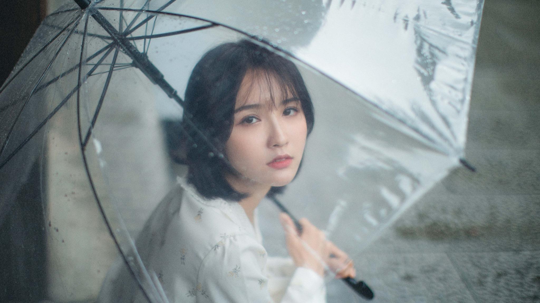 tạo dáng với ô dù